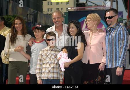 LOS ANGELES, Ca. Oktober 07, 2004: Schauspieler Billy Bob Thornton & Freundin CONNIE ANGLAND (in Schwarz) mit ihren zwei Wochen alten Tochter Bella & seine ex-Frau PIETRA DAWN CHERNIAK (links) und ihre Söhne William und Harry James & seine Mutter VIRGINIA (rechts) & Bruder John David (ganz rechts) beim Festakt auf dem Hollywood Boulevard, wo er mit den 2.265 th Stern auf dem Hollywood Walk of Fame geehrt wurde. - Stockfoto