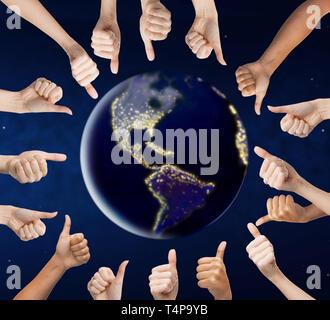 Die Menschheit, die Vielfalt und die Personen Konzept - Hände mit Daumen hoch um die Erde Planeten im Weltraum - Stockfoto