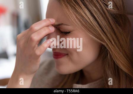 Junge Frau mit Kopfschmerzen - Stockfoto