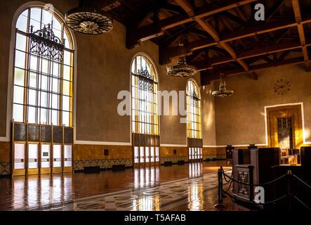 Im historischen Los Angeles Union Station mit architektonischen Details der hohen Mission Revival windows und Holzbalken an der Decke, mit Art déco-Lampen. - Stockfoto