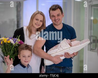Verlassen einer Entbindungsklinik - Stockfoto