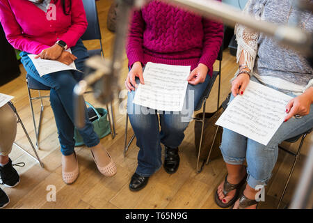 Frauen Chor mit Noten singen in Music Recording Studio - Stockfoto
