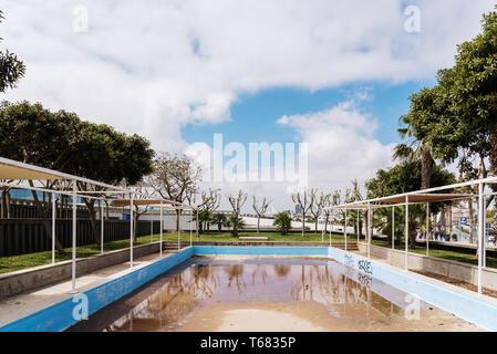 Valencia, Spanien - 29. April 2019: Außenpool aufgegeben und schmutzig. - Stockfoto