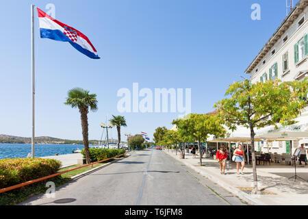 Sibenik, Kroatien, Europa - 31. August 2017 - Mehrere Touristen an der Promenade von Sibenik - Stockfoto