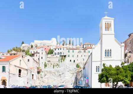 Sibenik, Kroatien, Europa - Kirche von Sibenik vor der alten Stadtmauer - Stockfoto
