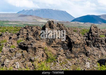 Querformat von Island Berg in Krafla in der Nähe von Mývatn bei bewölkten Tag und viele Felsen - Stockfoto