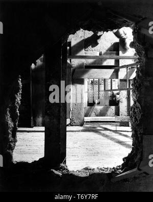 Hohe Betrachtungswinkel, durch ein Loch in der Knecht Speisesaal zu einer Untermauerung Grube 30 Meter weiter unten, fotografiert während Präsident Truman's White House Wiederaufbau, Washington, District of Columbia, 6. Februar 1950. Mit freundlicher Genehmigung der nationalen Archive. () - Stockfoto