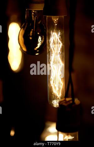 Glühlampen Erickson ausgesetzt mit der Zellen mit der Dekoration Vogel. Gelb, warmes Licht - Stockfoto