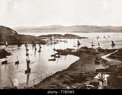 Ein Blick aus dem späten 19. Jahrhundert von Fischerbooten aus dem Hafen Tarbert, einem Dorf im Westen von Schottland, in den Gemeinden der Region. Es handelt sich um East Loch Tarbert, ein Einlaß des Loch Fyne gebaut und erstreckt sich über die Landenge, die die Halbinsel Kintyre zu Knapdale und West Loch Tarbert. Von Tarbert sozio-ökonomischen Wohlstand kam als der Hafen zu einem Fischerdorf entwickelt. Auf seiner Höhe, der Loch Fyne Heringsfischerei zog Hunderte von Schiffen in Tarbert. - Stockfoto