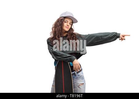 Skater Girl posiert mit einem Longboard und zeigen auf weißem Hintergrund - Stockfoto