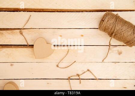 Frauen Hände ausbreiten Herzen und das Wort Liebe der Threads auf einem hellen Hintergrund. Der Blick von oben - Stockfoto