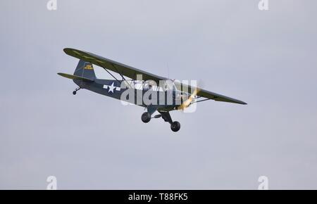 Piper L-4 j Grasshopper fliegen an shuttleworth Saison Premiere Airshow am 5. Mai 2019 - Stockfoto