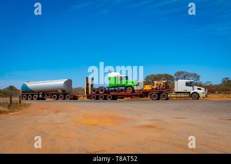Zug in Australien ein weiteres Fahrzeug und Kraftstoff im australischen Outback - Stockfoto