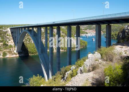 Kroatien, Dalmatien, Trogir und Sibenik, Brücke der A1 über den Fluss Krka - Stockfoto