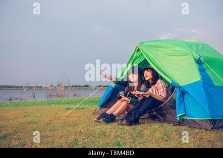 Eine Gruppe von asiatischen Freunden touristische zusammen trinken mit Glück im Sommer beim Camping - Stockfoto