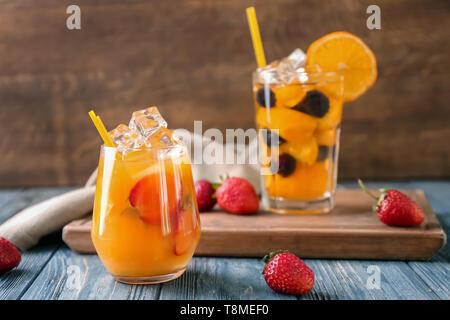 Glas Erfrischende Sommer Cocktail mit Früchten und Beeren auf hölzernen Tisch - Stockfoto