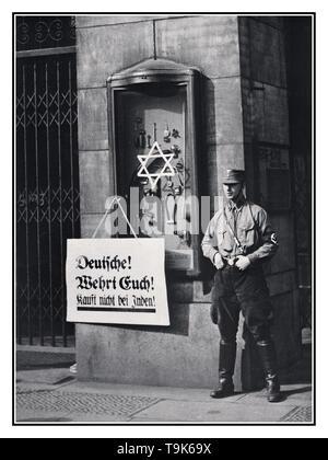 """1930 Die Deutsche NS-Boykott jüdischer Geschäfte im Besitz Vintage Archiv News Propaganda antisemitische Bild zur Veranschaulichung der 1. April 1933 Jüdische shop shop kaufen boykottieren, die von der nationalsozialistischen NSDAP Nationalsozialistische Partei angekündigt wurde. Plakat liest, """"Deutsche, verteidigen sich, kaufen Sie nicht bei Juden"""", am jüdischen Tietz Stores, mit David Stern auf einer fördernden Cabinet stecken. Ein Nazi NSDAP Mitglied in Uniform mit Hakenkreuz Armbinde und tragen jackboots, steht außerhalb der offiziellen staatlichen durchzusetzen gesponsert empfohlen Boykott - Stockfoto"""