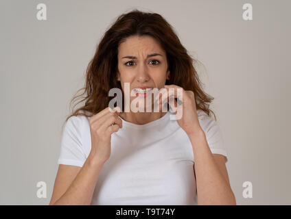 Porträt der jungen Frau verängstigt und schockiert Furcht, Angst Gesten. Schaut entsetzt und verzweifelt. Menschen und die Ausdrücke, Aggre - Stockfoto