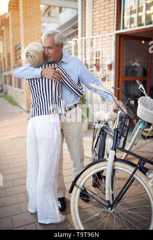 Gerne ältere Paar Einkaufen neue Fahrrad Bike shop - Stockfoto
