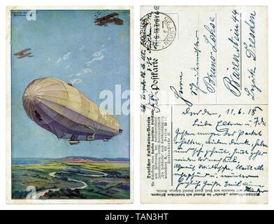 Deutsche Historische Postkarte: Die deutsche Luftflotte, einem riesigen Zeppelin Luftschiff mit zwei militärische Flugzeuge fliegen in der Luft auf den Hintergrund Felder, Wwi - Stockfoto