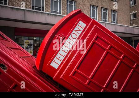 David Mach's Row 'Aus rotem Um 'taumelnde Telefonzellen auf alten London Road, Kingston Upon Thames, Surrey, Großbritannien - Stockfoto