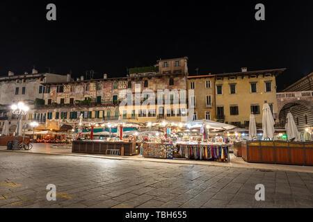 Piazza delle Erbe in der Nacht, ist der älteste Platz in Verona UNESCO-Weltkulturerbe, Venetien, Italien, Europa - Stockfoto