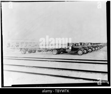 Neg. Nr. F 78 K, 11.August 1930, EXTERIORASSEMBLY GEBÄUDE, Nordseite, mit TAYLORTRUCKAWAY LKW und Anhängern der Ford Motor Company Long Beach Montagewerk, Assembly Building, 700 Henry Ford Avenue, Long Beach, Los Angeles County, CA - Stockfoto