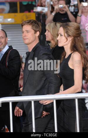 """LOS ANGELES, Ca. Juni 06, 2007: Brad Pitt & Angelina Jolie auf der North American Premiere von """"Ocean's Thirteen"""" am Grauman's Chinese Theater, Hollywood. © 2007 Paul Smith/Featureflash - Stockfoto"""