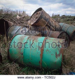 Fässer mit gefährlichen Abfällen auf Industriebrachen Land gekippt, West Midalnds, Großbritannien - Stockfoto