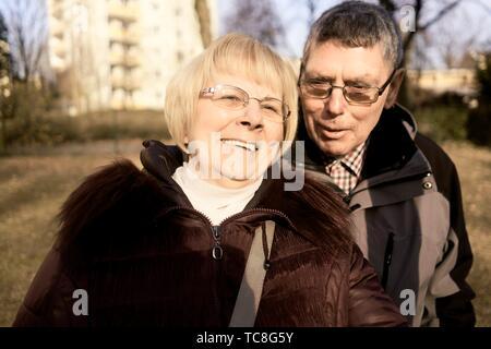 Senior Paar draußen im Park, in Cottbus, Brandenburg, Deutschland. - Stockfoto