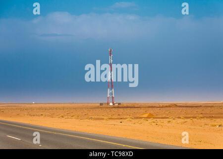 Eine mobile Tower in der Wüste in der Nähe der Asphaltstrasse in Saudi-Arabien - Stockfoto