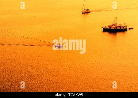Sonnenuntergang über dem Meer mit Segeln Silhouette von Boot oder Schiff auf Küste von Sibenik, Kroatien. - Stockfoto