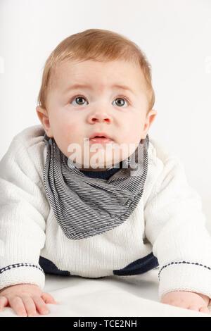 Porträt eines Jungen auf dem Boden liegend suchen - Stockfoto