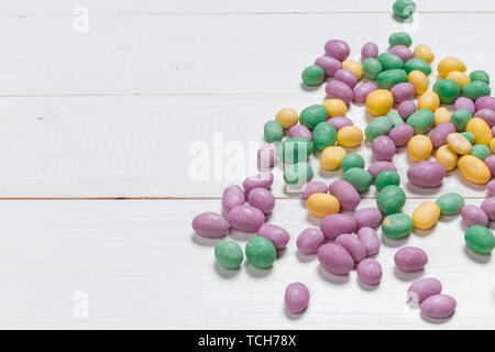 Bunte Bonbons auf hölzernen Hintergrund - Stockfoto