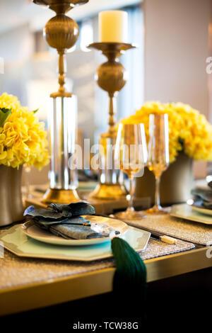Elegante Geschirr am Esstisch in dem modernen Speisesaal - Stockfoto