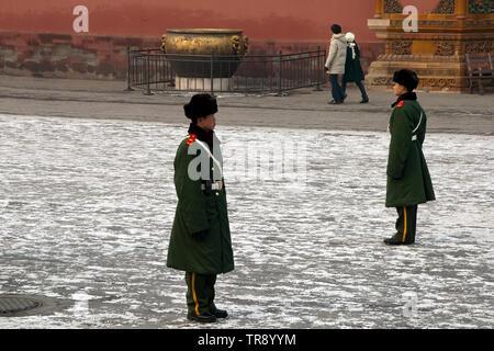 Peking, China, Wachen stehen an Aufmerksamkeit im Innenhof an der Verbotenen Stadt - Stockfoto
