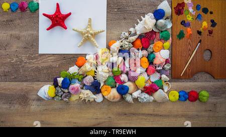 Kreative seashells Zusammensetzung auf Holz Hintergrund. Sommer minimalen Begriff. - Stockfoto
