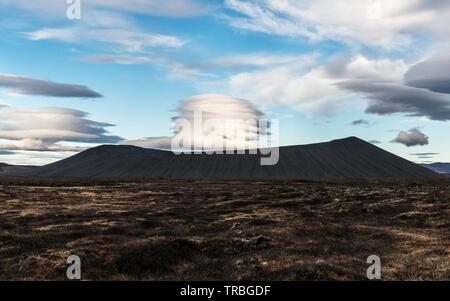 Eine linsenförmige Wolken hängt über die riesigen vulkanischen Krater Hverfjall, in der Nähe von Mývatn in North-east Iceland - Stockfoto