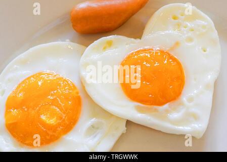 Frühstück ei Herz auf dem Teller romantische Liebe Essen und Liebe kochen Konzept geformt - Stockfoto