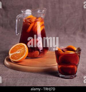 Kaltes Erfrischungsgetränk aus Beeren in Gläsern auf dem hölzernen Tisch - Stockfoto