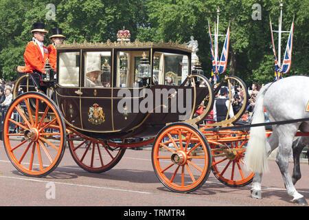 Die Königin von England in der Schottischen Zustandreisebus, Verlassen den Buckingham Palace für die Farbe 2019 - Stockfoto