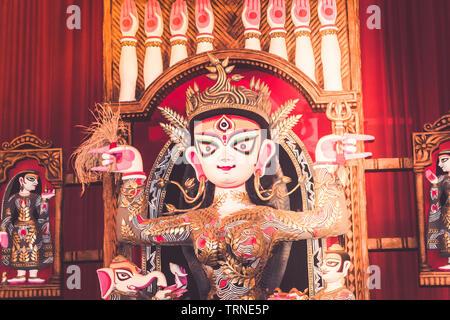 Portrait der Göttin Durga Idol im Süden Kolkata berühmten Durga Puja Tempel (PANDAL) auf 'Maha Ashtami' - Stockfoto