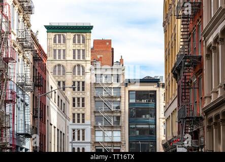 Blick auf die Straße von historischen Gebäuden auf dem Broadway Viertel Tribeca von Manhattan in New York City NYC - Stockfoto