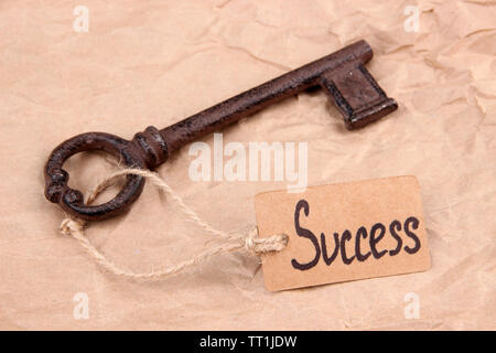Schlüssel zum Herzen, konzeptionelle Foto. Auf farbigen Hintergrund - Stockfoto
