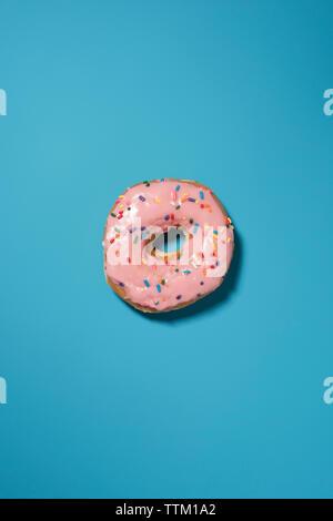 Ansicht von oben von donut auf blauem Hintergrund - Stockfoto