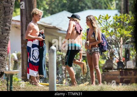 HAWAII, Oahu, North Shore, Personen die Zeit am Strand von Waimea Bay - Stockfoto