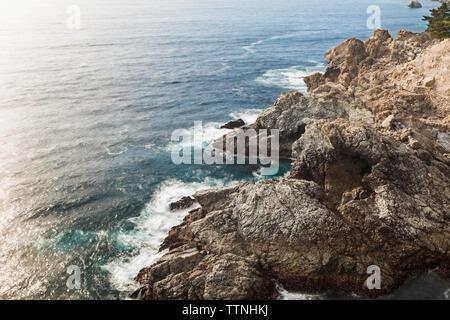 Hohen winkel Blick auf Meer von felsformationen an einem sonnigen Tag - Stockfoto