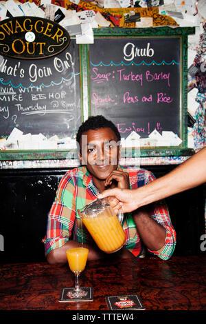 BERMUDA. Küchenchef Marcus Samuelsson in den berühmten Rum Swizzle am Swizzle Inn am Bailey's Bay. - Stockfoto