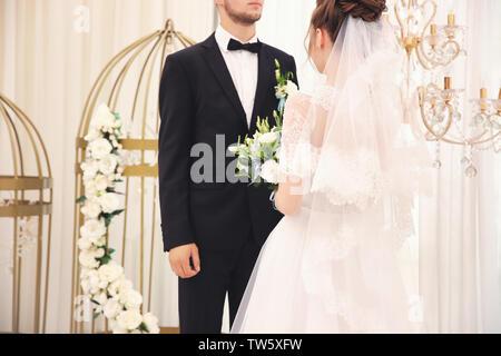 Braut und Bräutigam in Wedding Hall - Stockfoto