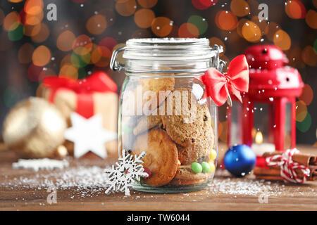 Glas Glas mit Weihnachtsplätzchen auf hölzernen Tisch - Stockfoto